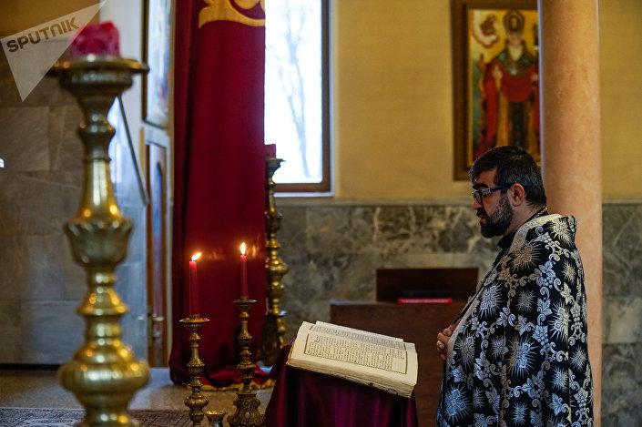 Настоятель армянской апостольской церкви в Риге отец Хосров