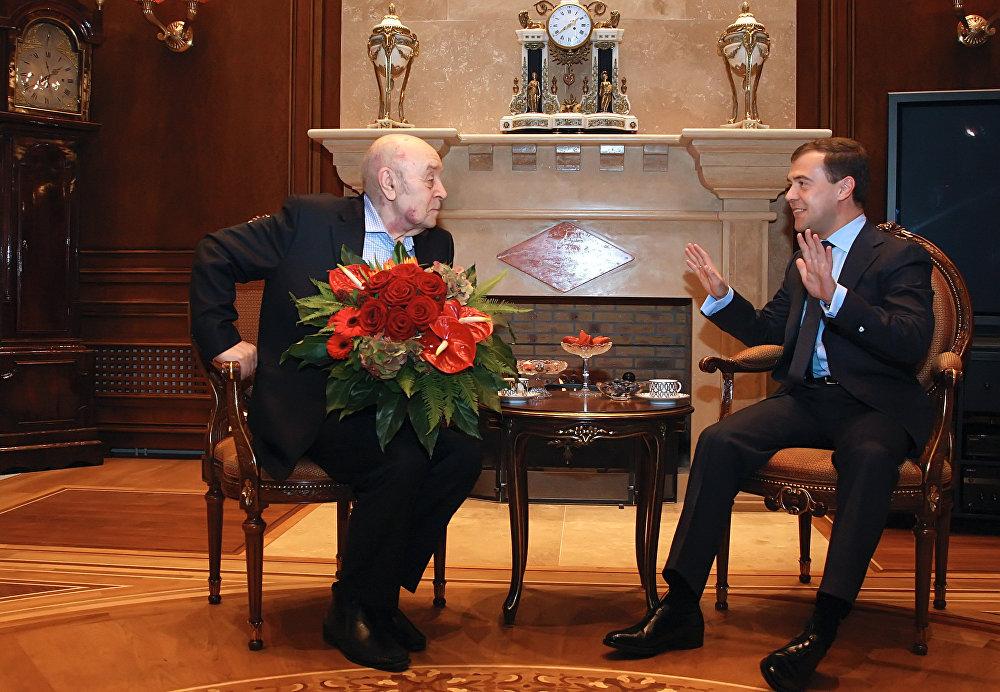 Президент России Д.Медведев поздравил актера Леонида Броневого с 80-летием