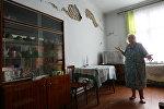 Пожилая женщина показывает состояние своей квартиры