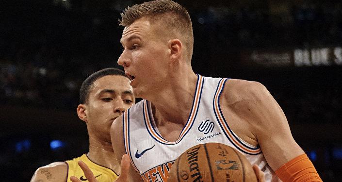 Баскетболист Кристапс Порзингис (справа) обходит игрока Лос-Анджелес Лейкерс Кайла Кузму в матче 12 декабря 2017 года