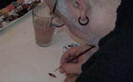 Турецкий художник рисует на тыквенных семечках и семенах