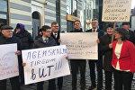 Пикет думской оппозиции в защиту Агенскалнского рынка