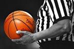 Баскетбольный судья с мячом, архивное фото