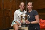 Теннисистка Елена Остапенко и ее мама и тренер Елена Яковлева с кубком Roland Garros, архивное фото