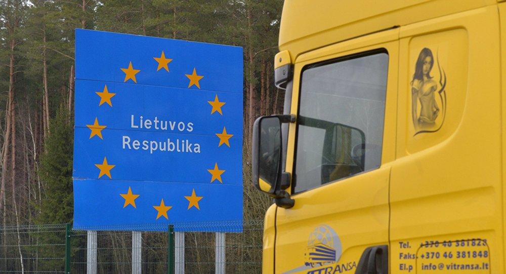 Pie Baltkrievijas un Lietuvas robežām izveidojusies liela kravas automašīnu rinda