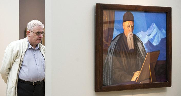 Посетитель рядом с картиной Портрет отца Святослава Рериха. Архивное фото