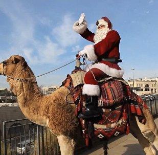 Santa Klauss uz kamieļa ieradās Jeruzalemē