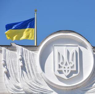 Ukrainas karogs pie parlamenta ēkas Kijevā