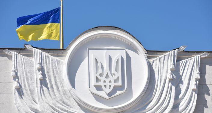 Ukrainas karogs virs Augstākās radas ēkas Kievā