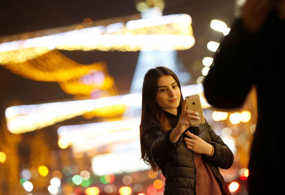 Meitene svētkiem rotātā Tbilisi ielā