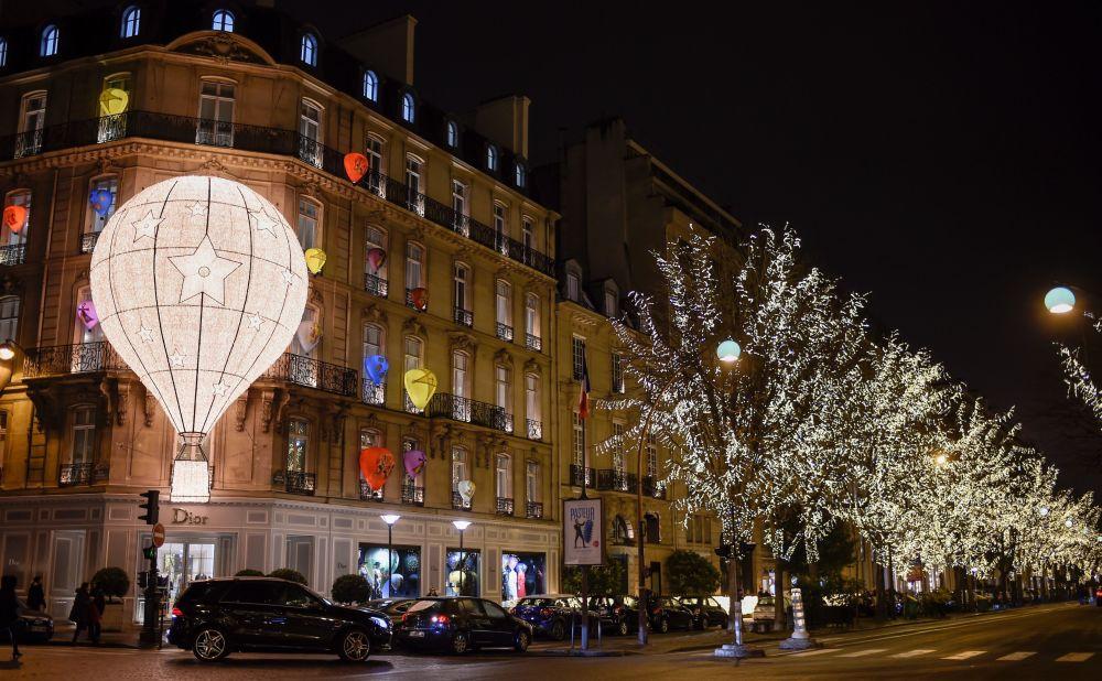 Ziemassvētku ugunis Parīzē
