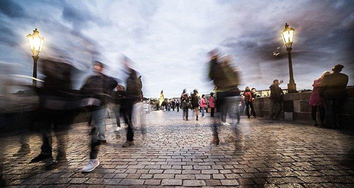 Люди на улице, архивное фото
