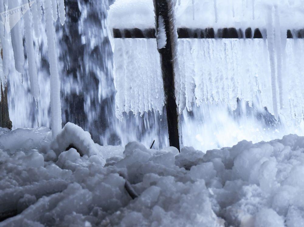 Ziemas peldes cienītāji no visas Krievijas Jaunajā gadā pulcējas Zilajos ezeros. Ūdenstilpes dibenā uzstāda koši rotātu eglīti, un ciemos ierodas jūras valdnieks Neptūns