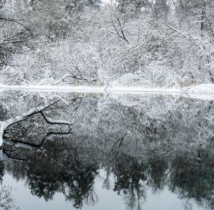 Ūdens iegūst piesātināti zilu toni mālaino zilo dūņu dēļ, kas veido ezeru dibenu, skaidro speciālisti. Vietējie iedzīvotāji uzskata, ka ezera dūņainās nogulsnes ir dziedējošas