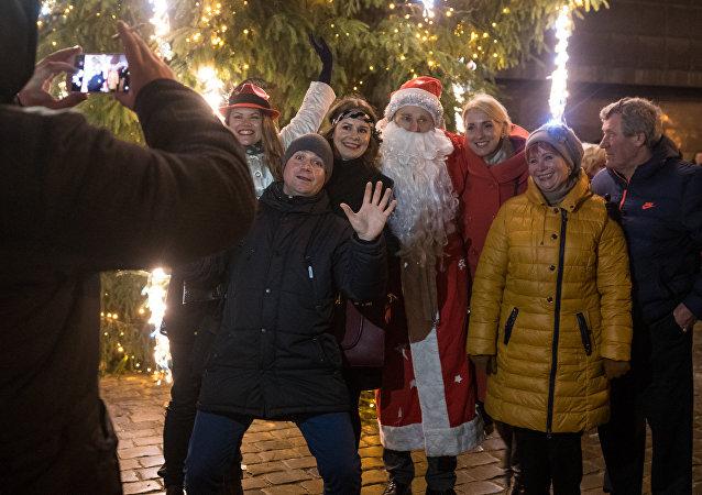 Люди фотографируются с Дедом Морозом