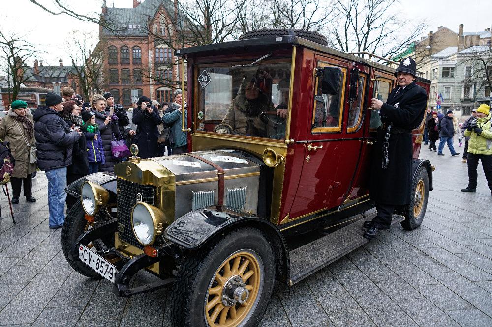 Senlaicīga automašīna Šerloka Holmsa dzimšanas dienā Rīgā