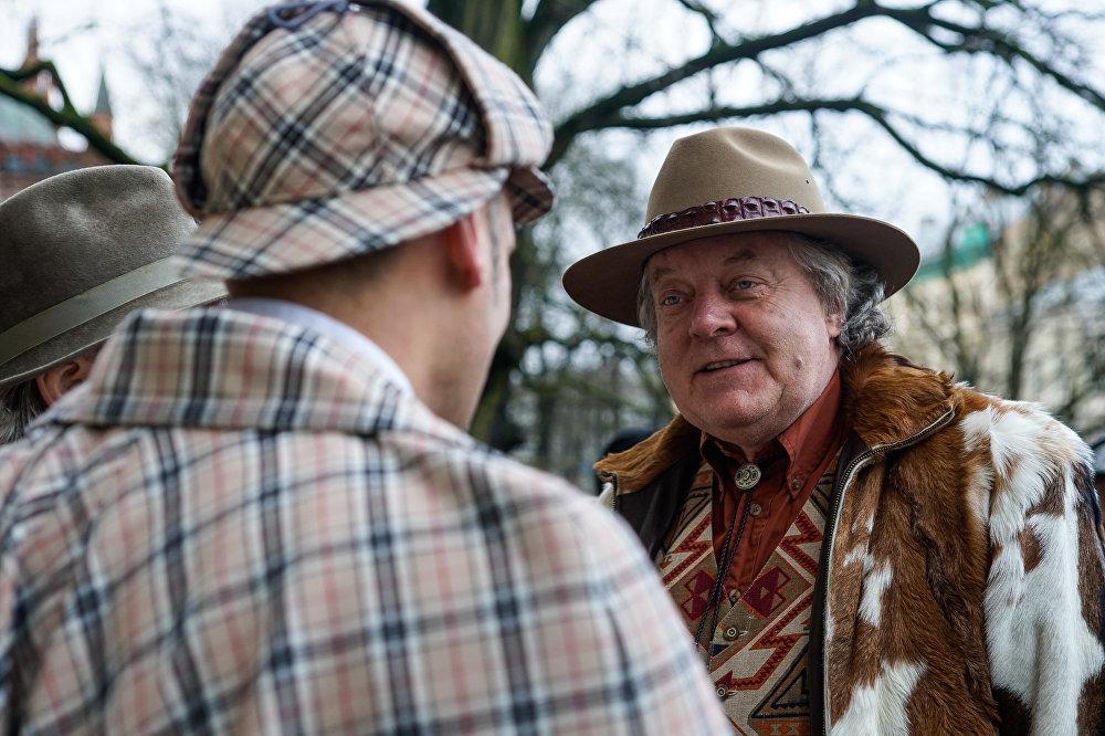 Sers Bāskervils sarunājas ar Šerloku Holmsu