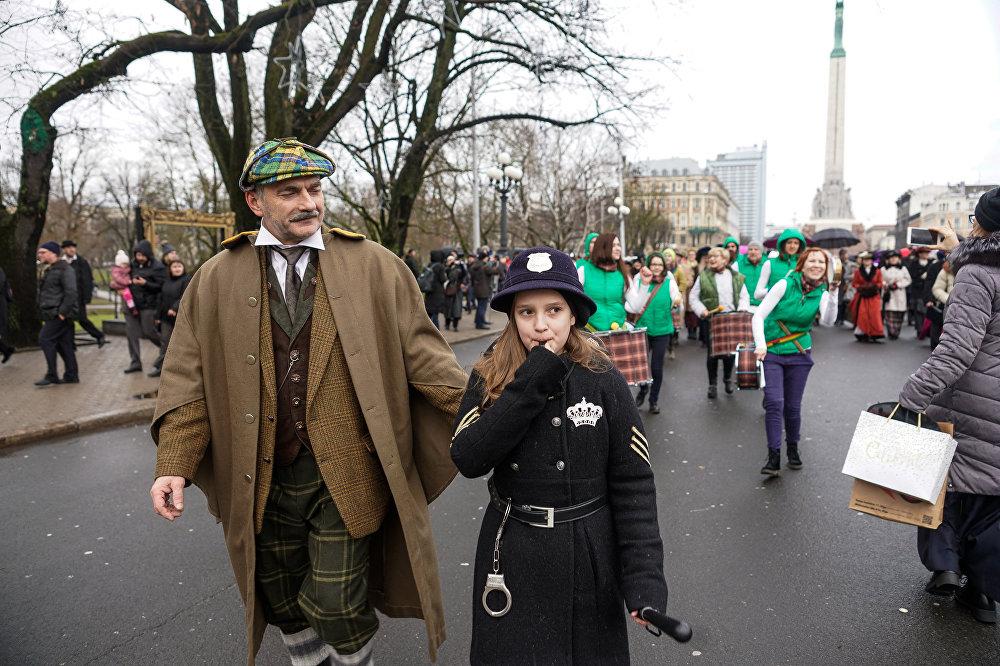 Šerloka Holmsa dzimšanas dienas dalībnieki Rīgas ielās