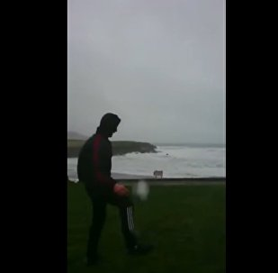 Īrs spēlē futbolu ar viesuli