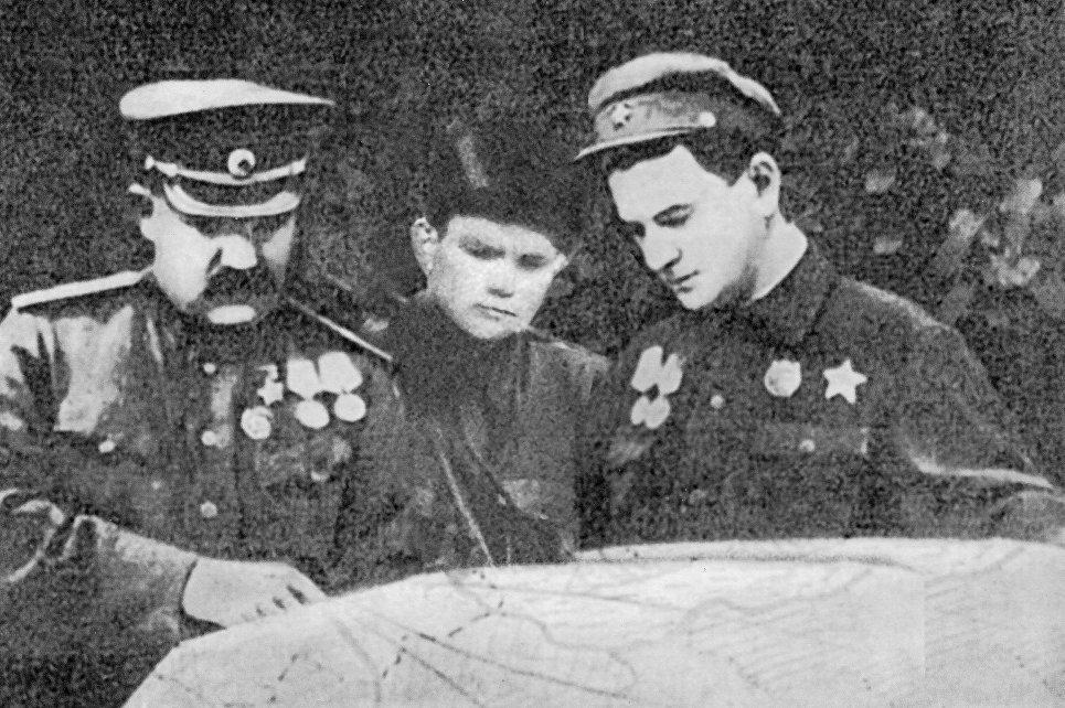 Анатолий Гаврилович Гунарь (в центре)