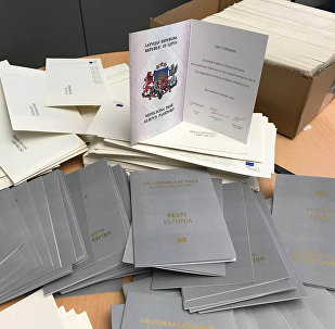 Поздравительные открытки в виде паспортов неграждан