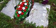 Памятные плиты на латышском и русском языках в память о воинах 43-й гвардейской латышской стрелковой дивизии Красной Армии