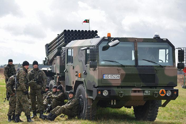 Система залпового огня на церемонии приветствия многонационального батальона НАТО под руководством США в польском Ожише