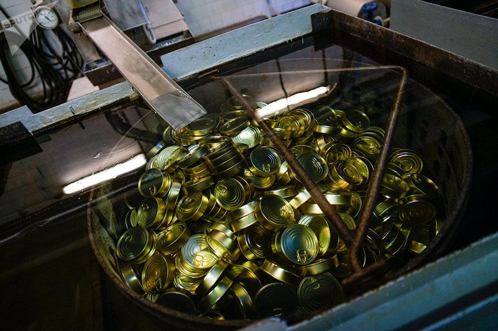 Закатанные консервы отправляются в автоклав для стерилизации