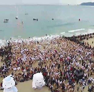 Dienvidkorejā vienlaikus izpeldējās vairāk nekā 4 tūkstoši valzirgu