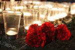 Гвоздики и свечи, архивное фото