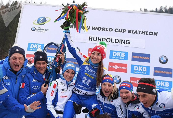 Победительница индивидуальной гонки в Рупольдинге итальянка Доротея Вирер (в центре)