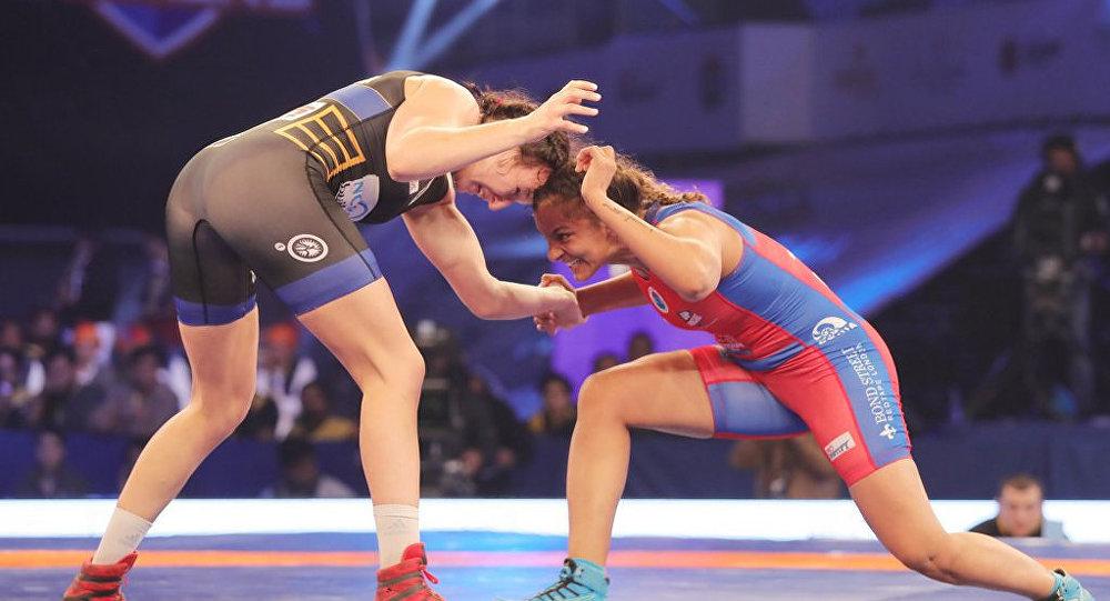 Латвийка Анастасия Григорьева (слева) обыграла Гиту Пхотаг из Индии