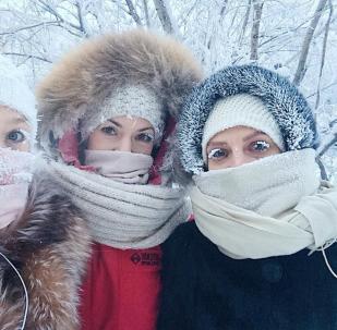 Девушки на улице во время сильных морозов в Якутске