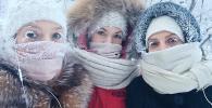 Девушки на улице во время сильных морозов.