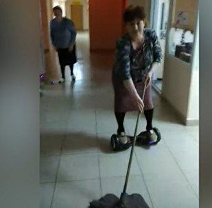 Pensionāre no Krievijas iemanījusies lietot giroskūteri