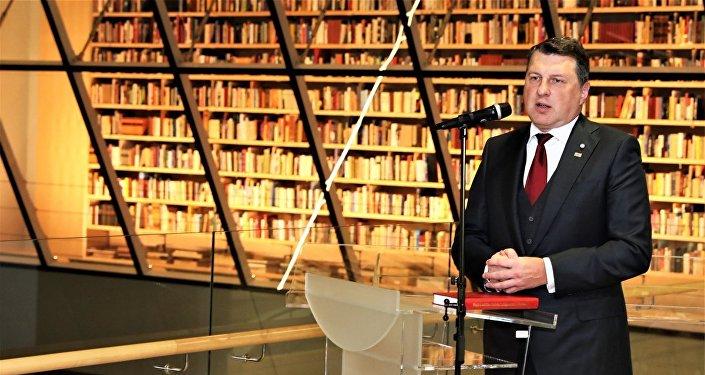 Президент Латвии Раймондс Вейонис на открытии Народной книжной полки в Латвийской национальной библиотеке, 18 января 2018 года