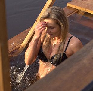 Svētīts ūdens: rīdzinieki ienira Daugavā