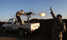 Турецкие военные из Свободной сирийской армии стреляют по позициям курдов в районе Африна