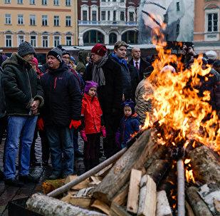 На Домской площади вспомнили защитников баррикад 1991 года