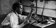 Советский режиссер Сергей Михайлович Эйзенштейн во время работы за монтажным столом. 1925 год.