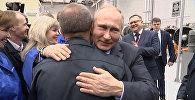 Путин предложил расцеловать рабочего за вопрос о наградах для предприятий