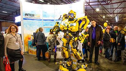 Robots-transformers pastaigājas pa tūrisma izstādi