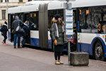 Девушка на остановке городского транспорта в Риге