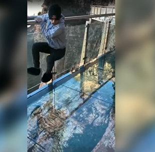 Kā zem kājām plaisā stikla tilts Ķīnā