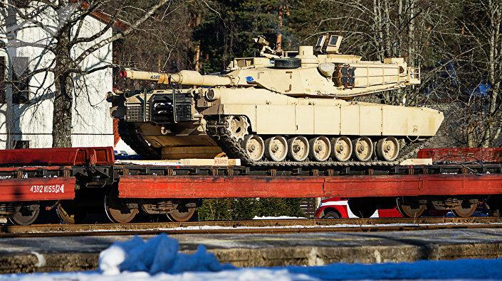 Американский танк ABRAMS на железнодорожной платформе в Гаркалне