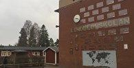 Плакаты с надписью Добро пожаловать на 18 различных языках на стене школы в Хултсфред, Швеция