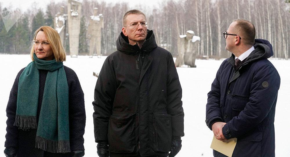 Latvijas ārlietu ministrs Edgars Rinkēvičs, kultūras ministre Dace Melbārde un Salaspils domes priekšsēdētājs pie Salaspils memoriāla