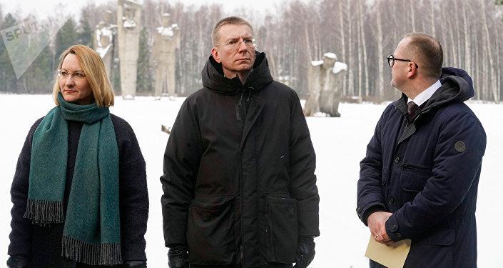 Министр культуры Даце Мелбарде, министр иностранных дел Эдгарс Ринкевичс и председатель Саласпилсской думы на мемориале в Саласпилсе