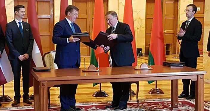 Премьер-министр Латвии Марис Кучинскис и премьер-министр Беларуси Андрей Кобяков