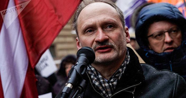 Мирослав Митрофанов на акции в защиту русских школ у здания Сейма, 8 февраля 2018 года
